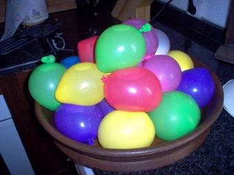 de jugar  con globitos de agua