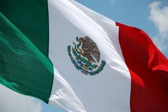 de todas las banderas del mundo la de mexico fue la que gano el pais mas hermoso del mundo y la jente mas hermosa quieran  o no mexico woooooooo