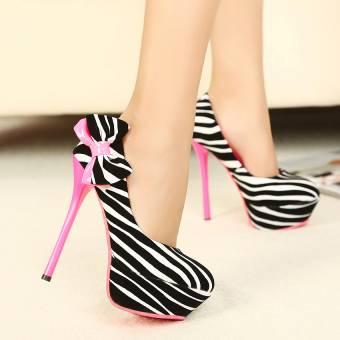 Los zapatos de cebra són muy llamativos. Además el lazito le hace una prenda kukisima. Pontelos con algun vestido rosa.