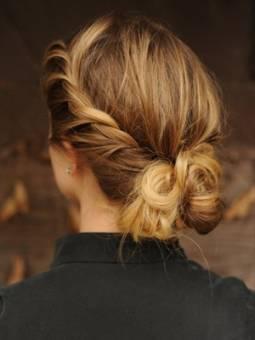 Este es alguno de los peinados tipicos de primavera. La trenza atada al moño queda un look muy romantico.