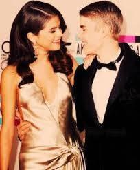 Selena ha visto lo que Justin tuiteó sobre ella y piensa que fue realmente dulce. Este es el Justin que ella quiere que vuelva, pero también sabe muy bien que no es real