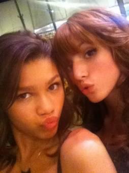 Porque las dos son muy guapas con y sin maquillaje