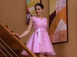 Violetta hermosa con el vestido de su mamá