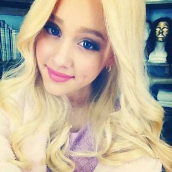 Ariana Grande (esta con una peluca)