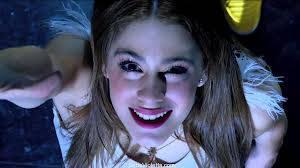 Martina es mejor cantante actriz es mas linda y Violeta es la mejor serie