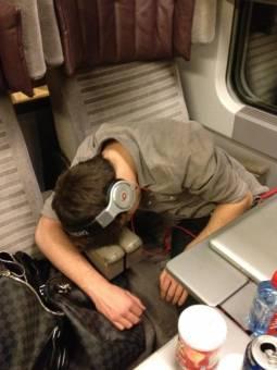 liam estaba muy cansado que quedo dormido como calló